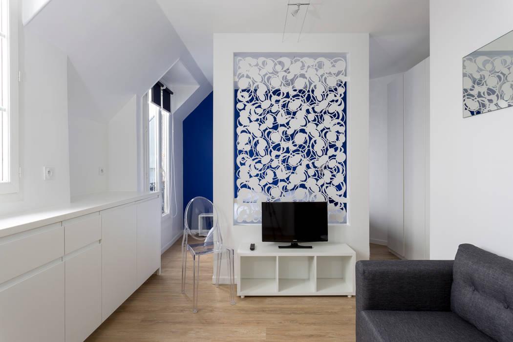 Cloison en métal sculpté anime le salon et sépare le coin couchage Fables de murs Salon minimaliste Métal Bleu