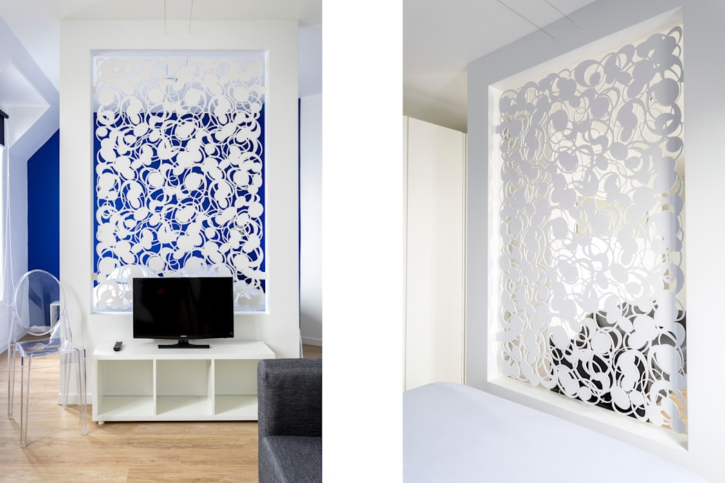le dessin de la cloison sculptée est mis en évidence avec le mur bleu de la tête de lit par Fables de murs Minimaliste Métal