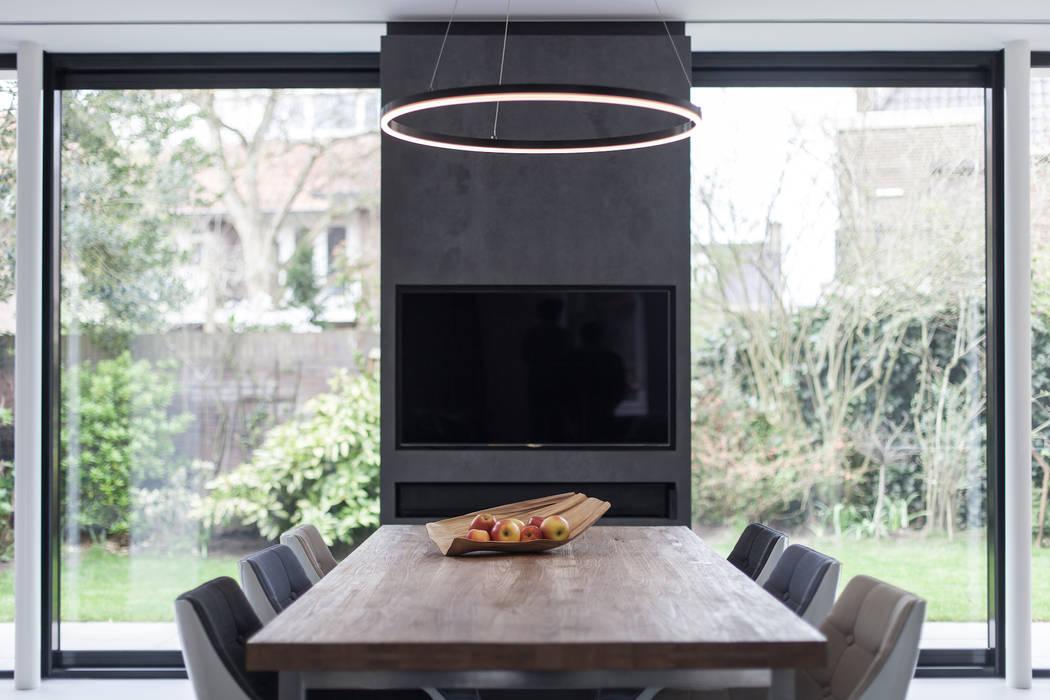 Verbouwing villa:  Eetkamer door Bob Romijnders Architectuur & Interieur,