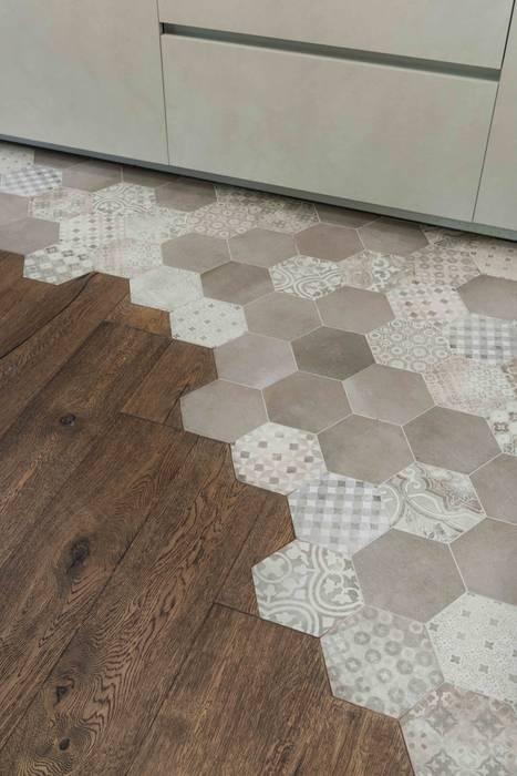 Dettaglio pavimento: Cucina in stile  di Orsolini, Moderno Legno Effetto legno