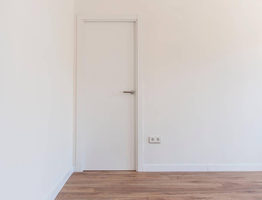 Carpintería interior: Puertas de madera de estilo  de MODULAR HOME,