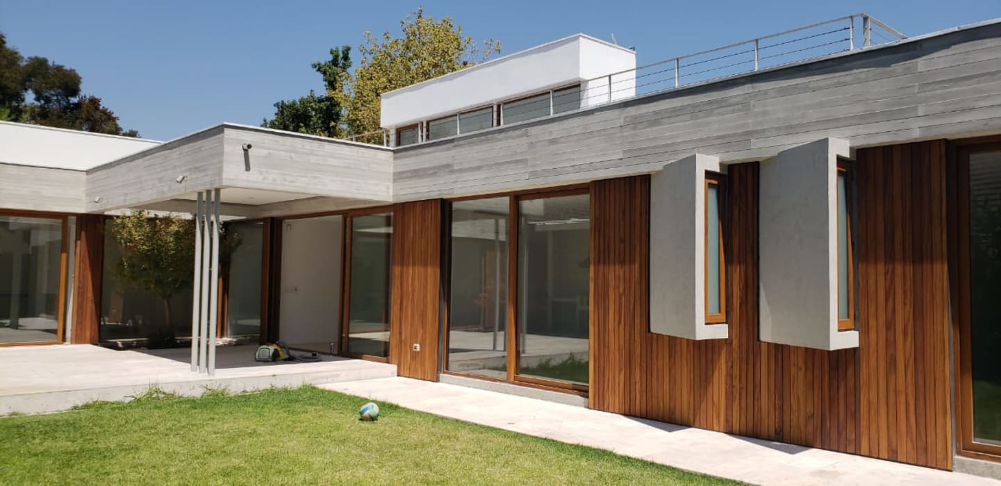 Fachada de madera y porcelanato de Constructora CYB Spa Moderno