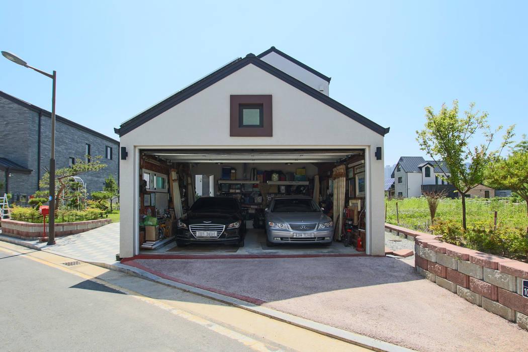 Modern Garage and Shed by 이우 건축사사무소 Modern