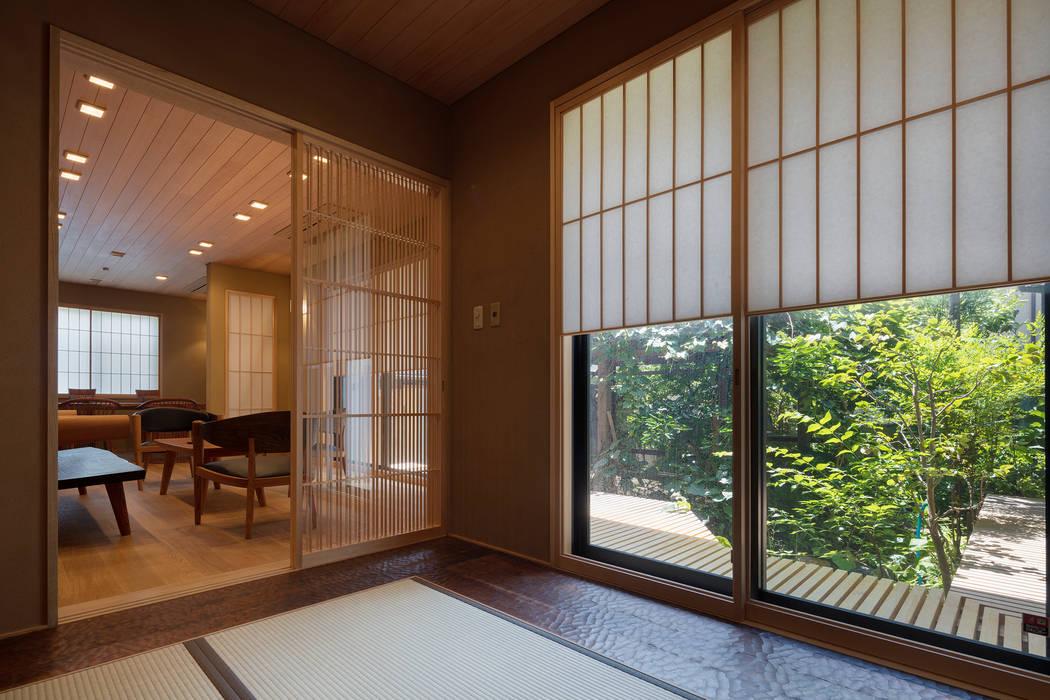 嵯峨野別墅 和風デザインの 多目的室 の スタジオクランツォ 和風 無垢材 多色