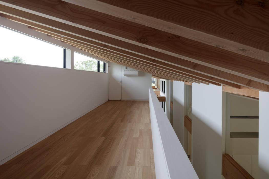 ロフトのゲストルーム: TAPO 富岡建築計画事務所が手掛けた小さな寝室です。