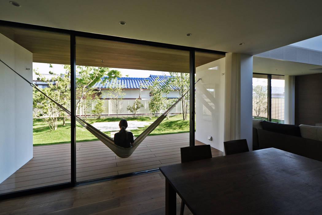 ウッドデッキテラス: スレッドデザインスタジオが手掛けたテラス・ベランダです。,モダン 木 木目調