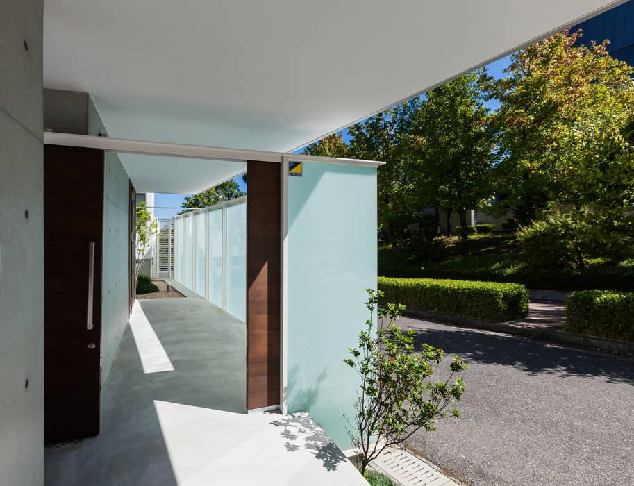アプローチ2: スレッドデザインスタジオが手掛けたアプローチです。,ミニマル ガラス