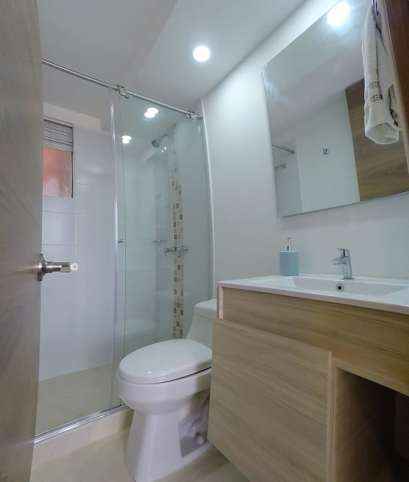 Modern bathroom by TikTAK ARQUITECTOS Modern