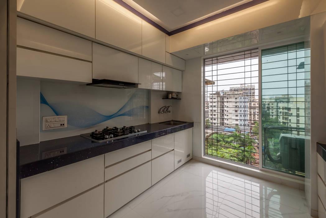 The kitchen:  Kitchen units by Sagar Shah Architects,Modern Glass