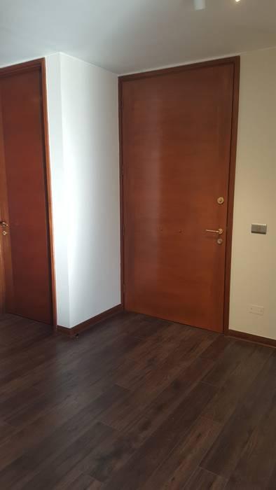 Cambio de puertas Constructora CYB Spa Pasillos, vestíbulos y escaleras modernos