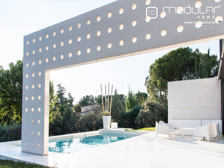 Panel de hormigón perforado a modo de pergola: Bodegas de estilo  de MODULAR HOME,