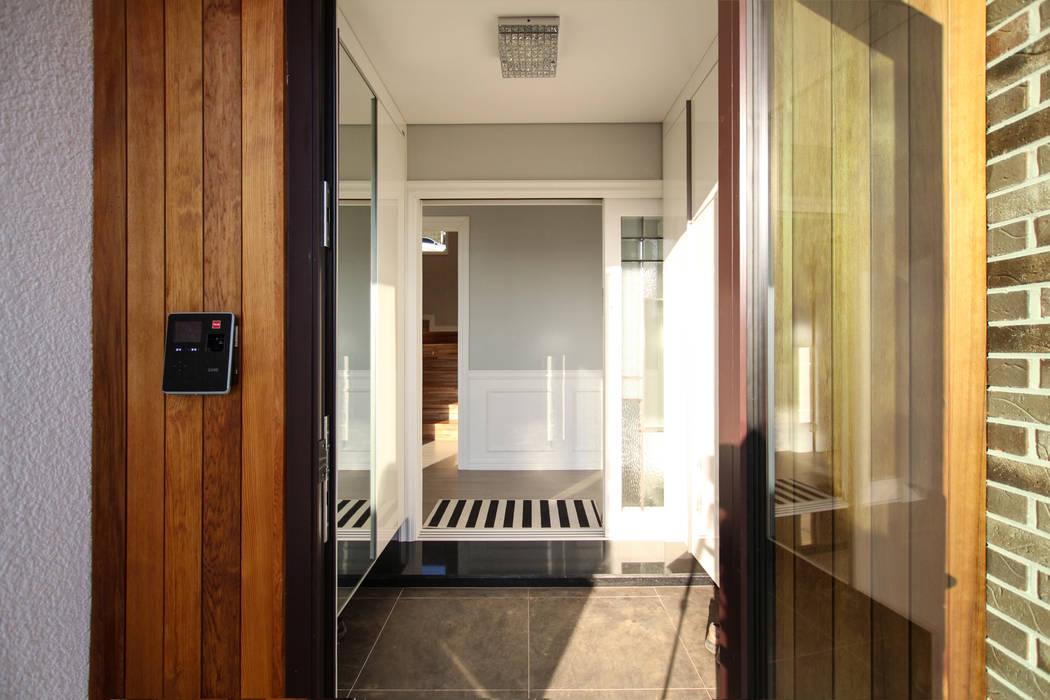 Modern Corridor, Hallway and Staircase by 이우 건축사사무소 Modern