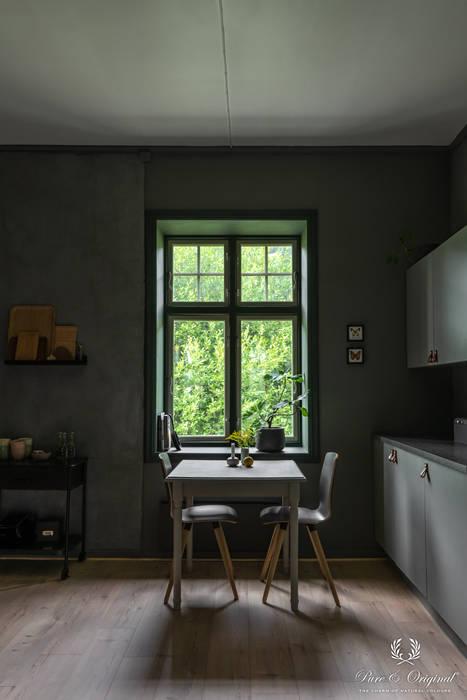 Wanden in Classico kleur Earth Stone, raamkozijn in Licetto kleur Black Hills, keukenkasten Traditional Paint kleur Oyster Grey:  Inbouwkeukens door Pure & Original,