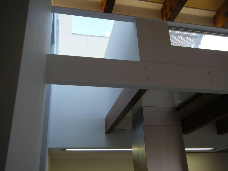 Tragaluces de estilo  por Divers Arquitectura, especialistas en Passivhaus en Sabadell, Mediterráneo