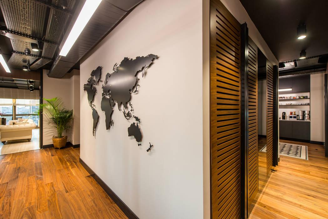 Corridor / Sia Moore Head Office de Sia Moore Archıtecture Interıor Desıgn Industrial Hierro/Acero