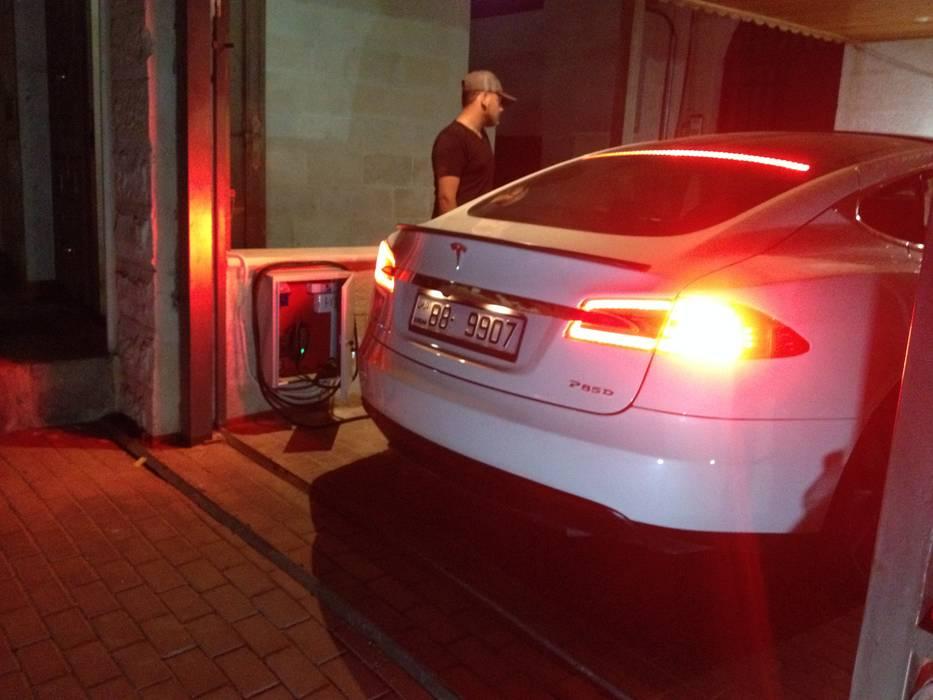تأسيس نقاط شحن منزلية لسيارات تسلا / الاردن من وفا للخدمات الكهربائية المتخصصة صناعي