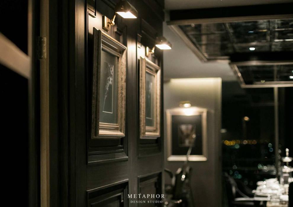 The Dark Night:  กำแพง โดย Metaphor Design Studio, คลาสสิค ไม้ Wood effect