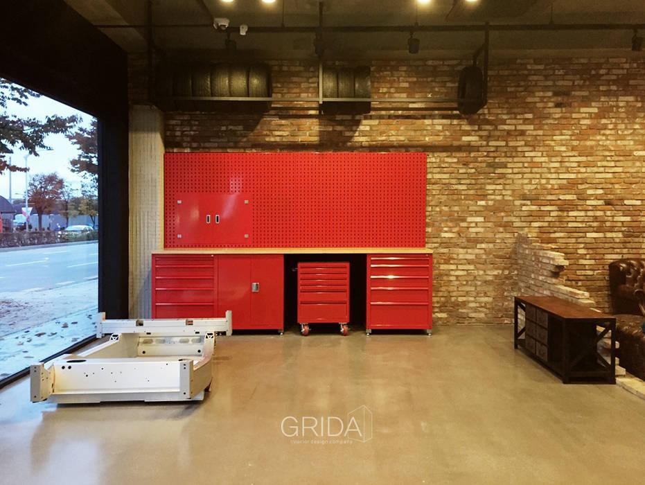Garajes y galpones de estilo  por 그리다아이디