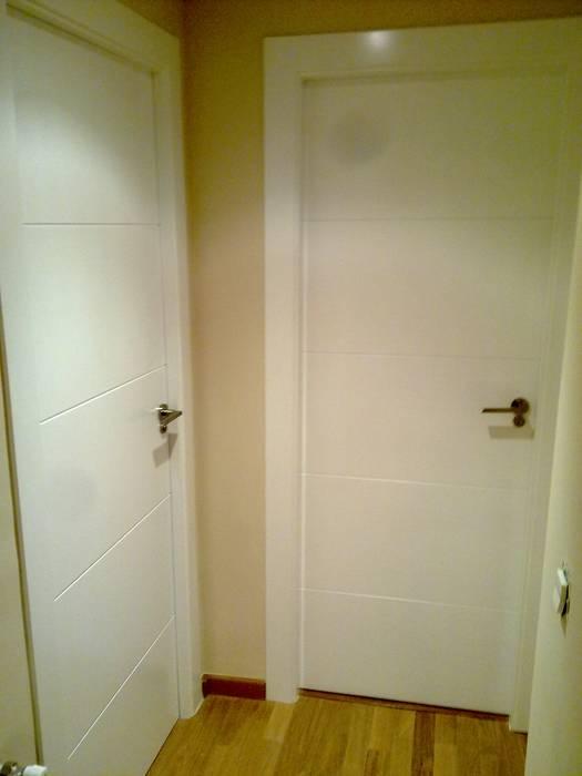 Alisado y pintura pasillo.: Puertas de madera de estilo  de Obrisa Reformas y rehabilitaciones.