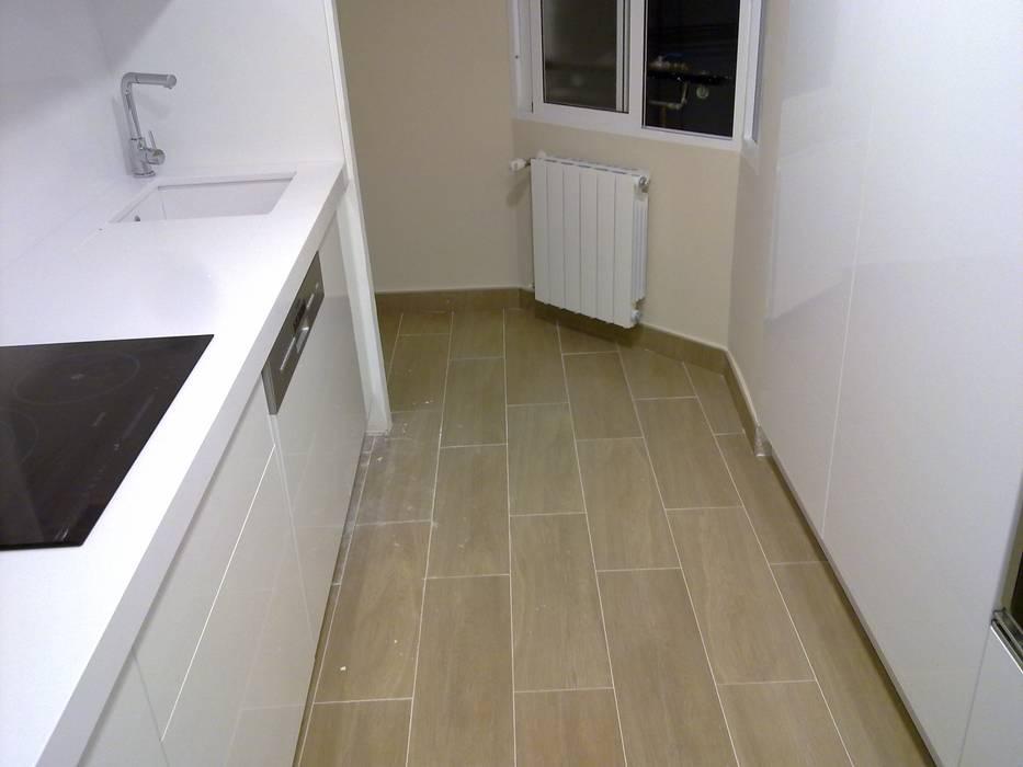 Dapur built in oleh Obrisa Reformas y rehabilitaciones., Modern Kayu Wood effect