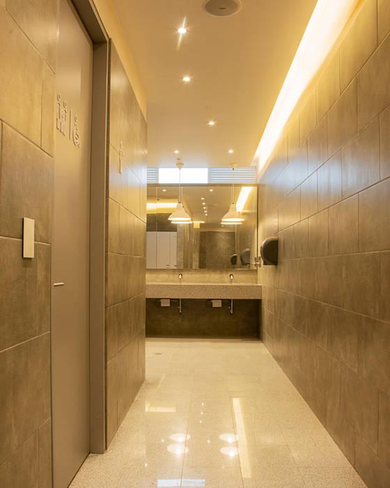 Calidez en baños públicos: Espacios comerciales de estilo  por CHAVARRO ARQUITECTURA,
