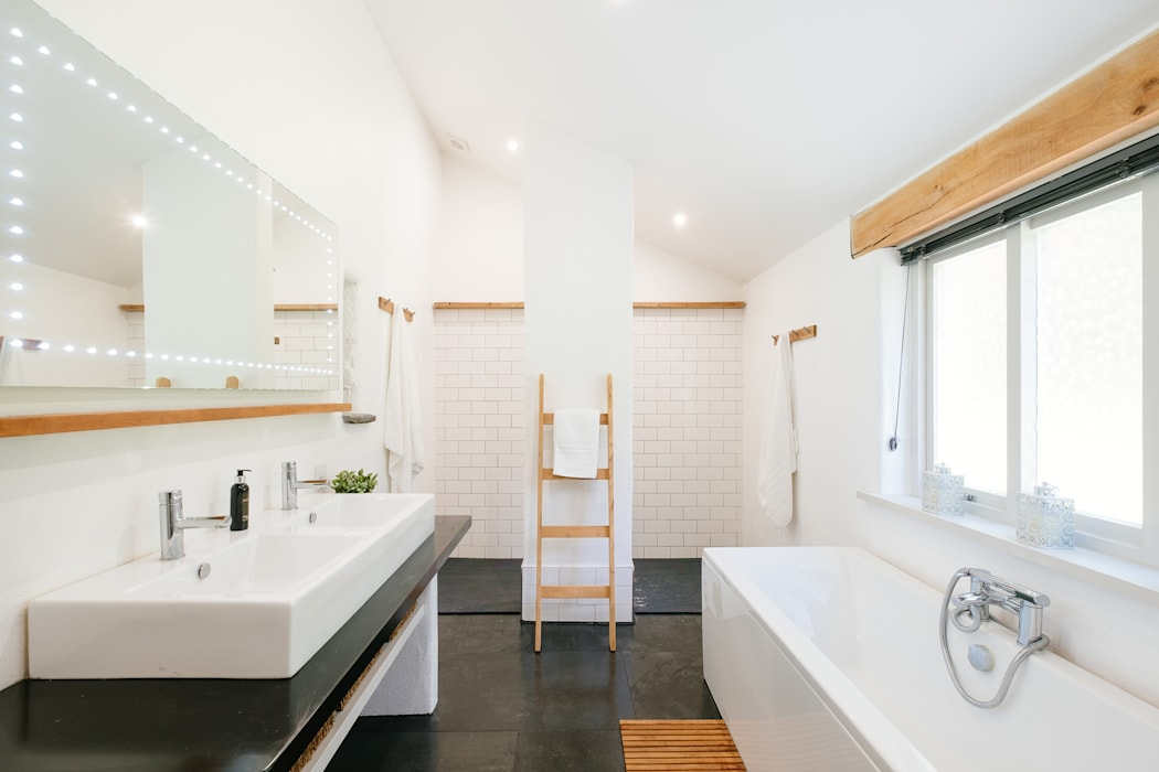 Mill Barn, Cardinham Country style bathrooms by Perfect Stays Country