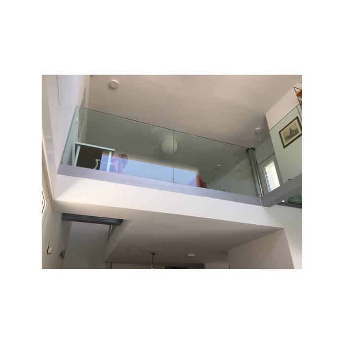 Espacio a doble altura que establece un diálogo y relación entre las distintas estancias de esta vivienda de obra nueva: Paredes y suelos de estilo  de Arte y Vida Arquitectura
