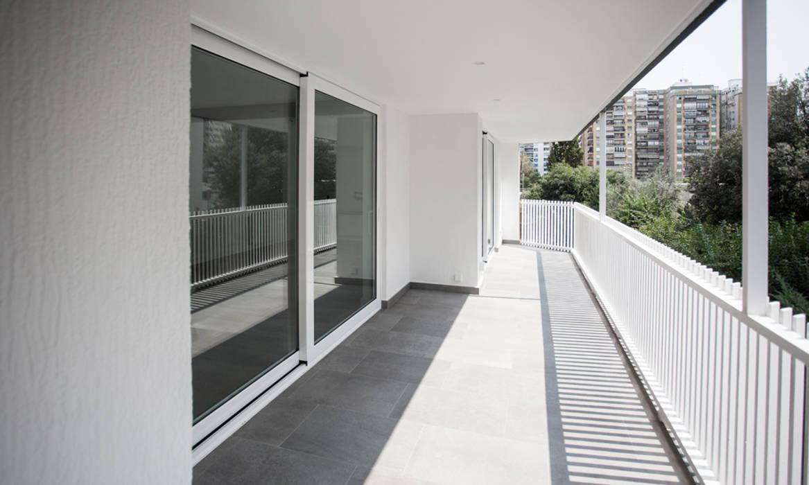 casa LL | Valencia, Spain: Balcón de estilo  de estudio calma, Minimalista