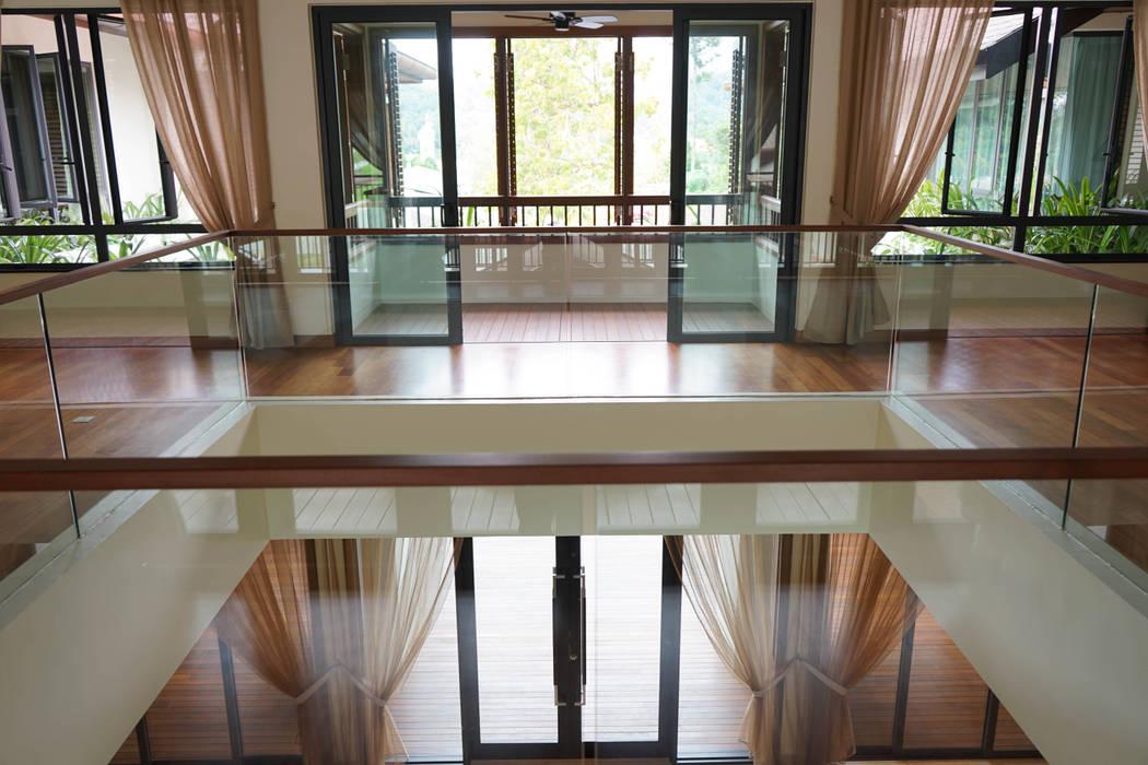 Luxury Bungalow In Sungai Penchala Kuala Lumpur:  Corridor & hallway by Mode Architects Sdn Bhd, Tropical