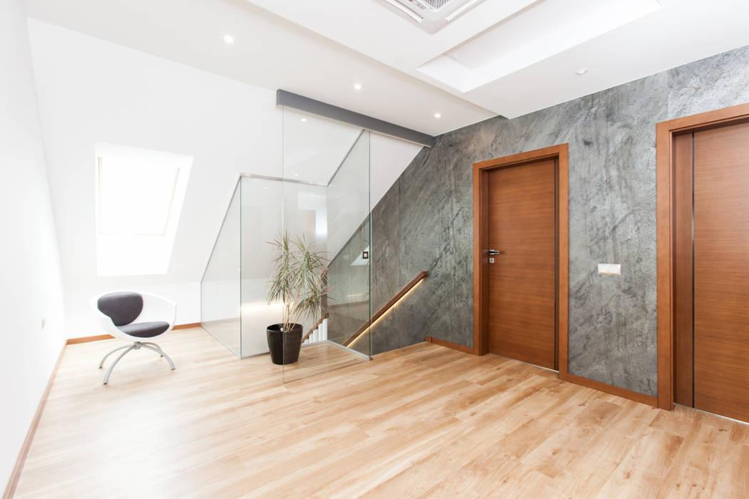Pasillos, vestíbulos y escaleras modernos de in2home Moderno Pizarra