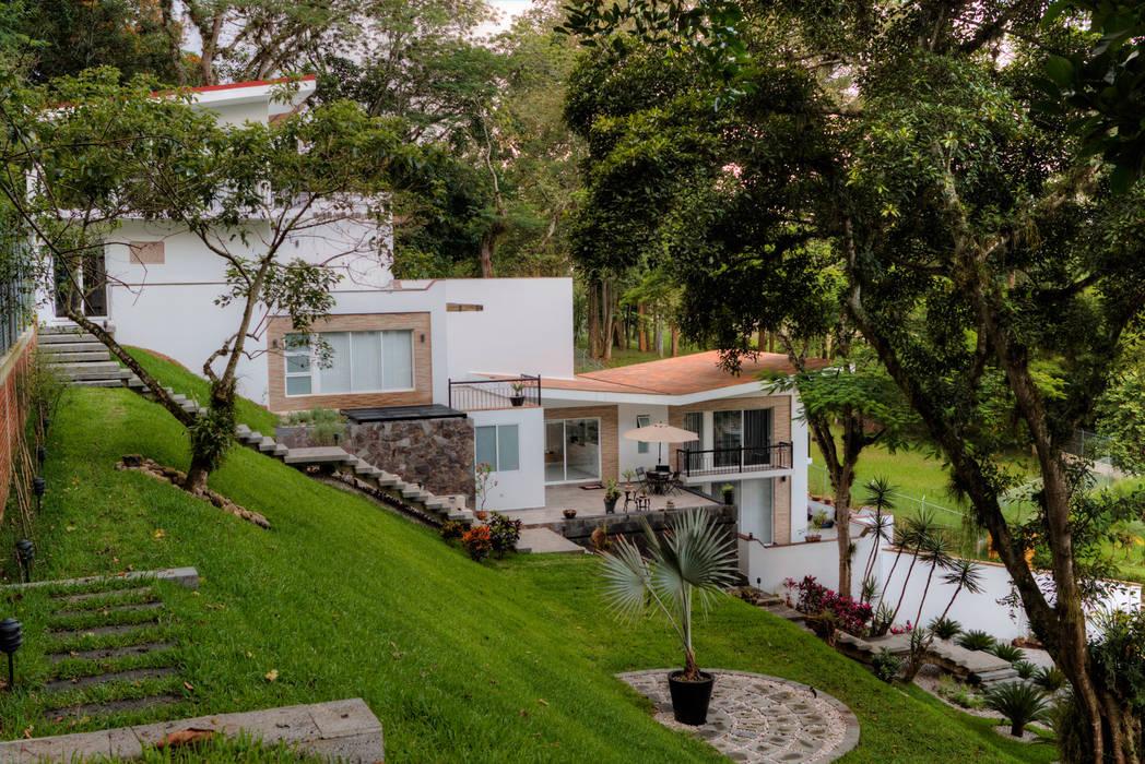 Front garden by GRUPO WALL ARQUITECTURA Y DISEÑO SA DE CV, Minimalist Stone