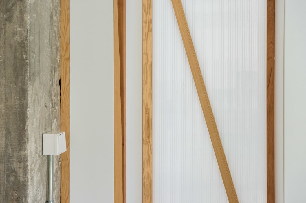 Detalle carpintería Puertas de estilo minimalista de Eeestudio Minimalista