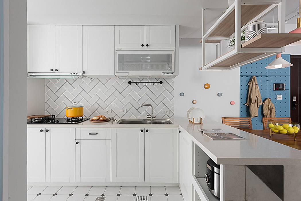 微甜莫蘭迪:  廚房 by 知域設計,