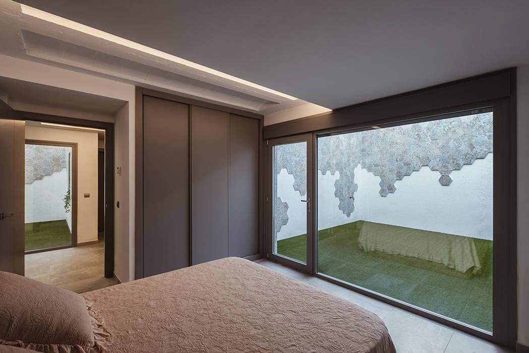 Dormitorio de invitados con patio propio: Dormitorios pequeños de estilo  de OOIIO Arquitectura, Moderno Madera Acabado en madera