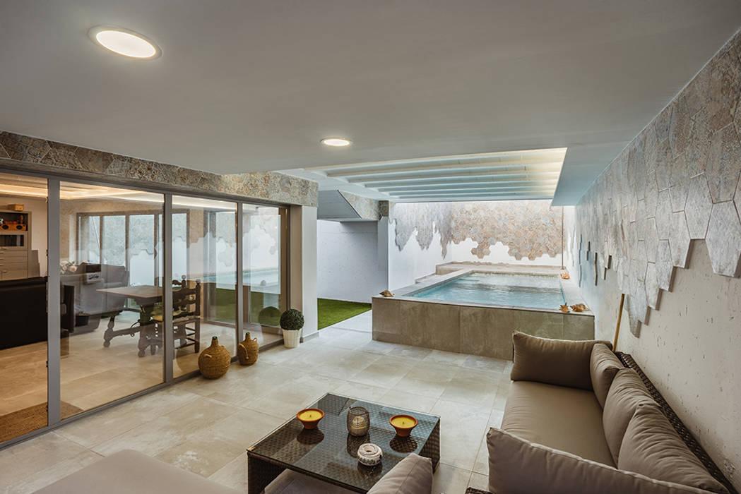 Porche moderno con piscina: Piscinas de estilo  de OOIIO Arquitectura, Moderno