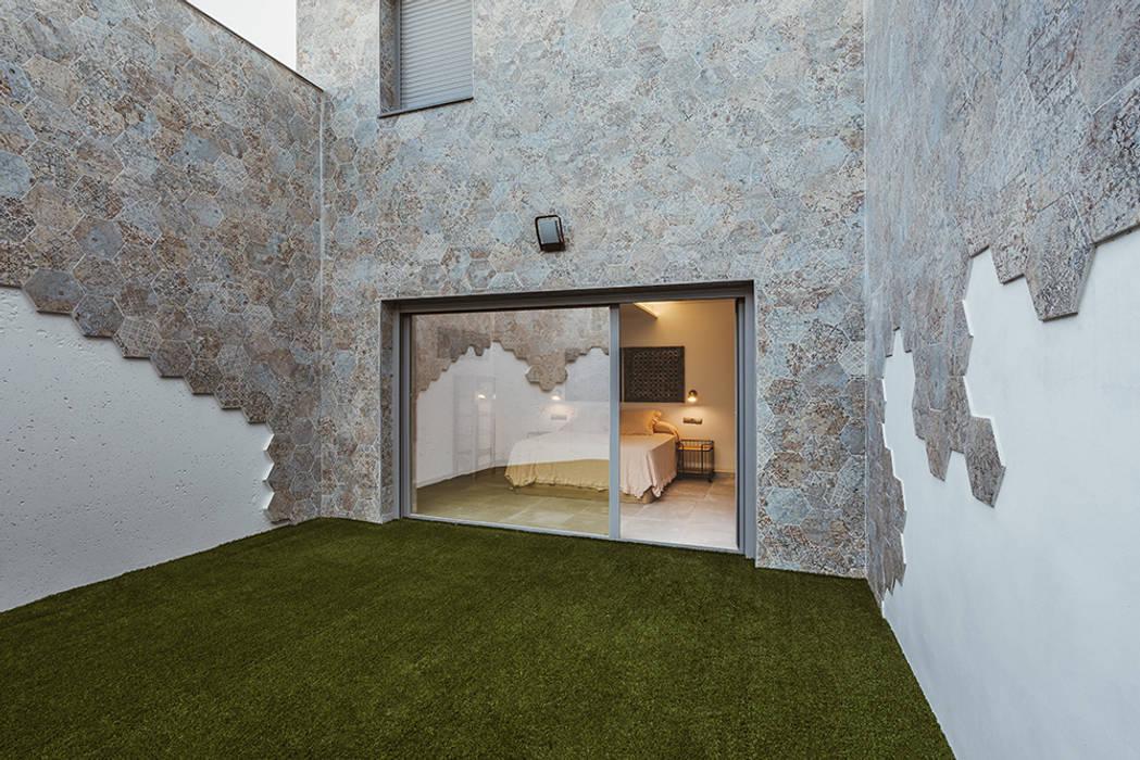 patio frente al dormitorio de invitados de OOIIO Arquitectura Moderno Cerámico