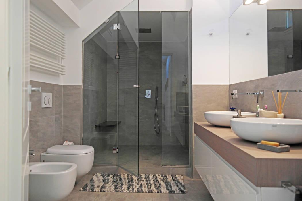 ISOLA_ Un elegante attico nel quartiere di Albaro: Bagno in stile  di Giulia Grillo Architetto, Moderno