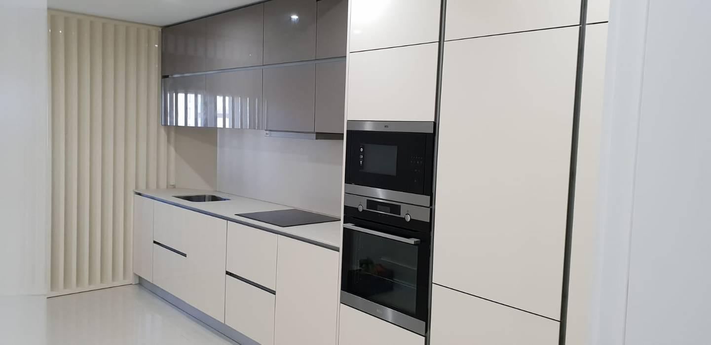 A leveza de um estilo monocromático: Cozinhas embutidas  por Casactiva Interiores