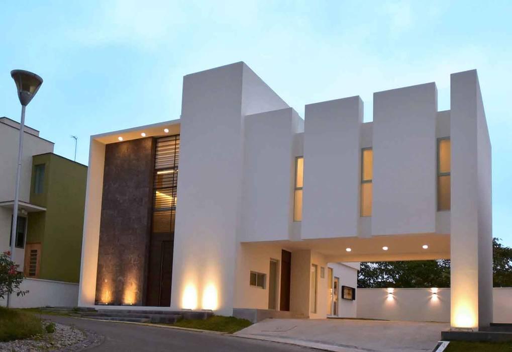 FACHADA PRINCIPAL: Casas unifamiliares de estilo  por GRUPO WALL ARQUITECTURA Y DISEÑO SA DE CV,