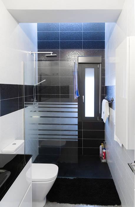 Ba o moderno blanco y negro ba os de estilo de ooiio for Arquitectura banos modernos