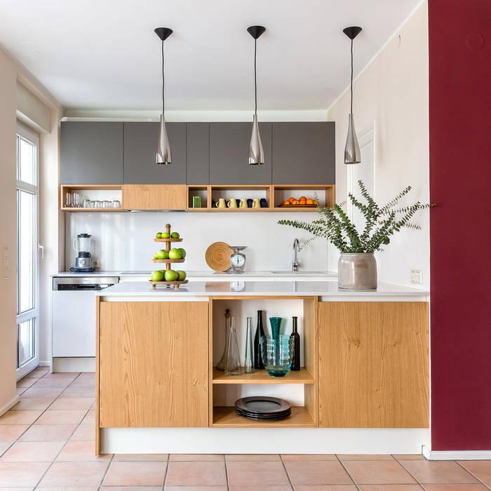 Wohnküche:  Einbauküche von CONSCIOUS DESIGN - INTERIORS