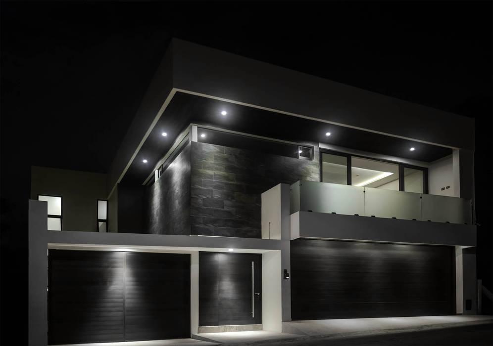 FACHADA VISTA NOCTURNA: Casas unifamiliares de estilo  por GRUPO WALL ARQUITECTURA Y DISEÑO SA DE CV