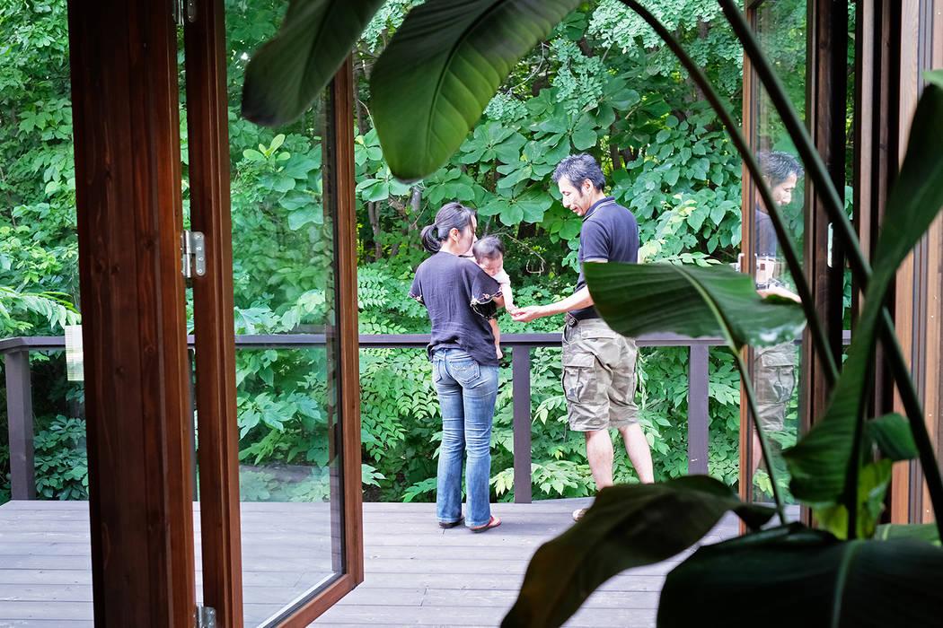 雑木林が間近な2階ウッドデッキにて の 家と草木のアトリエ hausgras ハウスグラス オリジナル 木 木目調