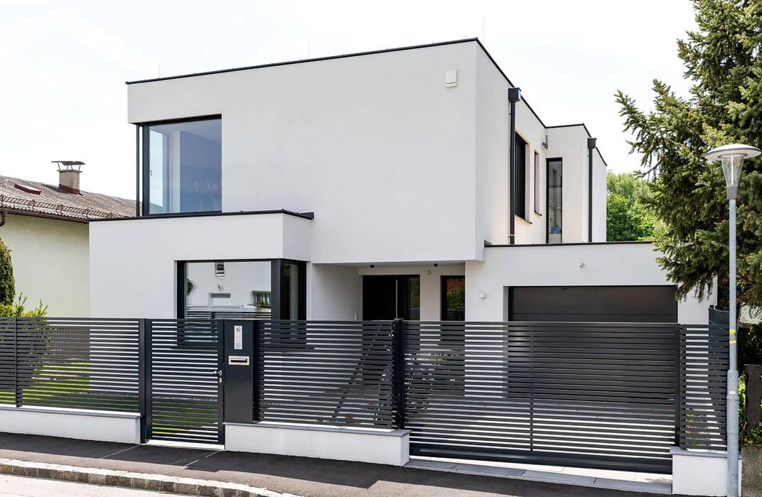 MODERNES MASSIVHAUS IN HIMBERG: Schräge Straßenansicht von AL ARCHITEKT - in Wien Modern