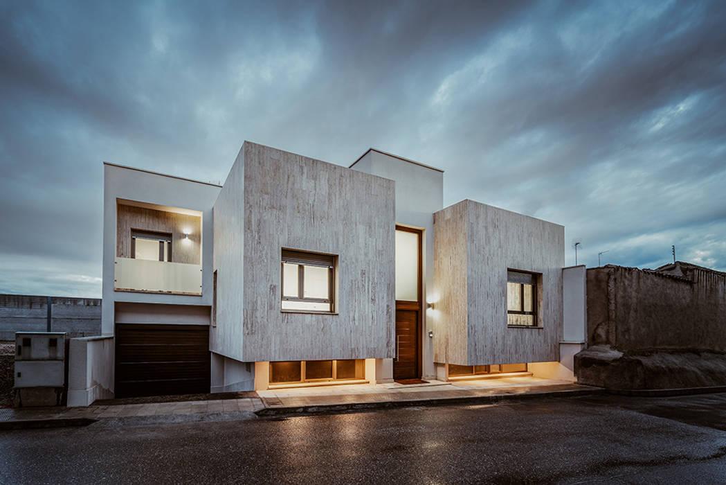 Casa moderna con cubiertas planas.: Casas de estilo  de OOIIO Arquitectura, Moderno Piedra