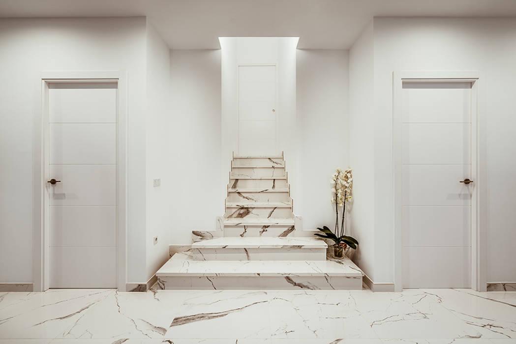 Escalera interior de mármol.: Escaleras de estilo  de OOIIO Arquitectura, Moderno Piedra
