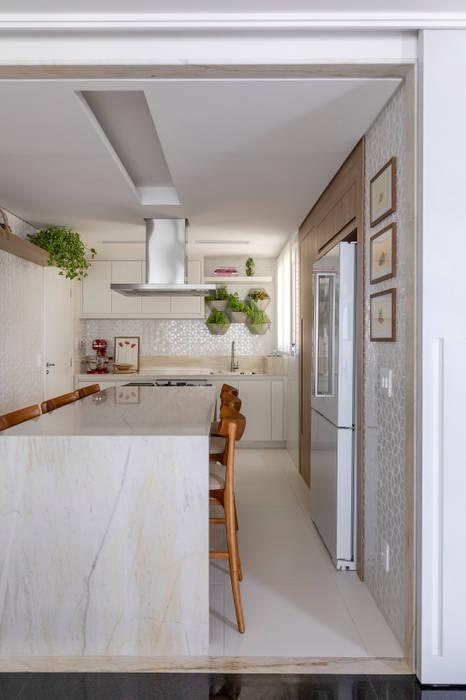 Cozinha Gourmet: Armários e bancadas de cozinha  por MIS Arquitetura e Interiores,Minimalista