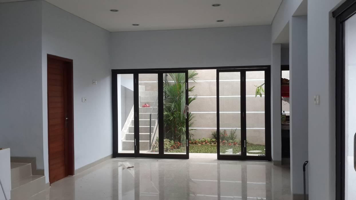 pintu folding lebar: pintu kaca oleh KuntArch Studio,