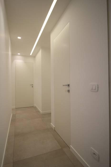 APPARTAMENTO PER UNA COPPIA DI GIOVANI SPOSI: Ingresso & Corridoio in stile  di Giuseppe Rappa & Angelo M. Castiglione,