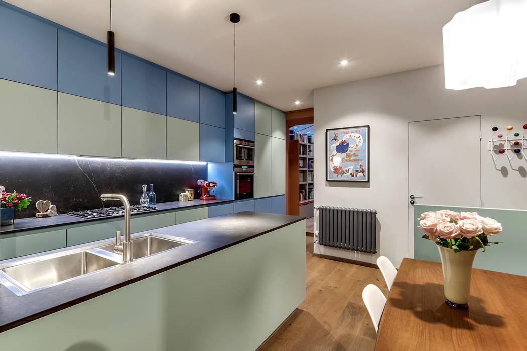 Cuisine contemporaine dessinée sur mesure et laquée avec les Couleurs Le Corbusier by Keim: Cuisine intégrée de style  par Alessandra Pisi / Pisi Design Architectes,